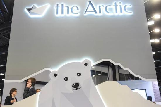 """▲这是4月9日在俄罗斯圣彼得堡拍摄的第五届""""北极-对话区域""""国际北极论坛展览区。(新华社)"""