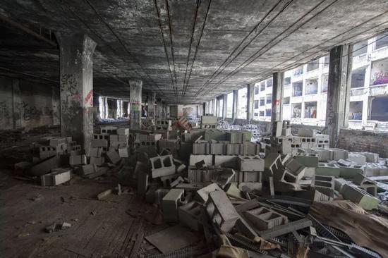 ▲资料图:这是在美国城市底特律拍摄的废弃许久的帕卡德工厂。新华社发(马库斯・迪保拉)