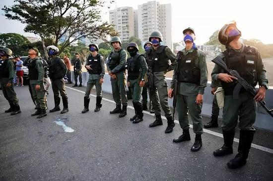 这是4月30日在委内瑞拉加拉加斯拉卡洛塔空军基地外拍摄的政变军人。新华社/美联