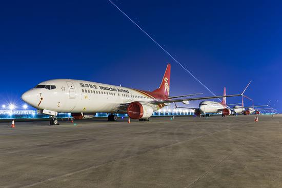 4月10日,停飞的深圳航空波音737MAX飞机封存在深圳宝安国际机场停机坪上。图/视觉中国