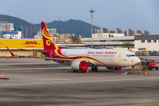 4月10日,停飞的海南航空波音737MAX飞机封存在深圳宝安国际机场停机坪上。图/视觉中国