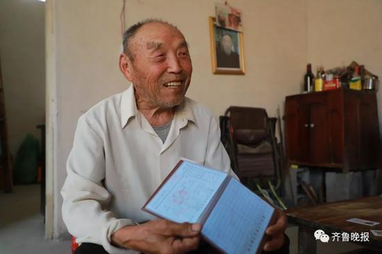 89�q的戴�d�h老人拿到了新�艨诒�,�e了37年的姓�K更正。