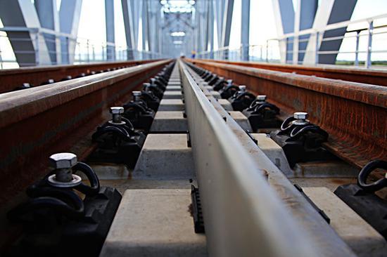 ▲中俄首座跨黑龙江铁路桥同江大桥铁轨。(6月4日摄)本报记者谢锐佳摄