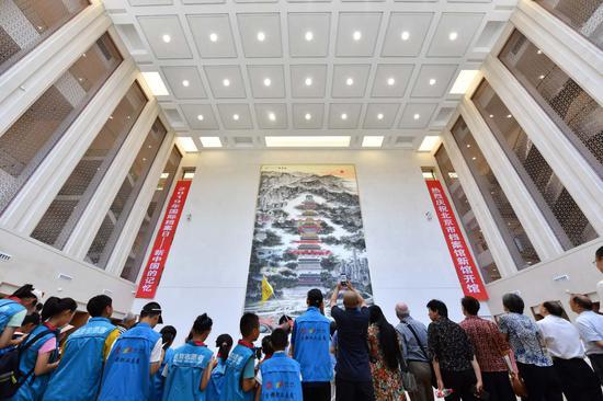 不益望多在档案馆新馆中心大厅赏识18米高的壁画《京华韵》。摄影/新京报。记。者 李木易