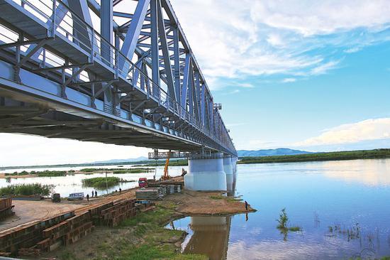 ▲中俄首座跨黑龙江铁路桥――同江大桥(6月4日摄)。本报记者谢锐佳摄
