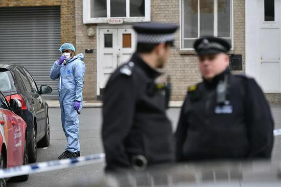 当地时间5月6日,英国伦敦一名18岁男子遭刺死,法医和警方赶赴现场。图/视觉中国