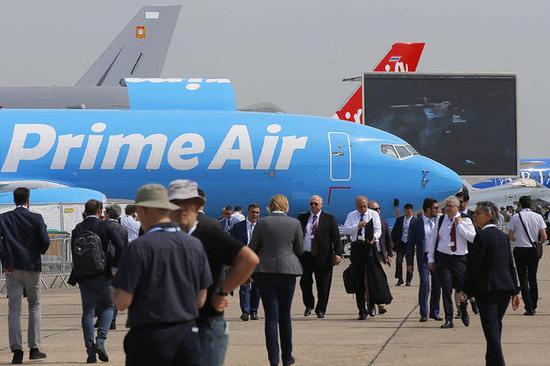 """參觀者在巴黎航空展上乘坐波音737-800 BCF亞馬遜""""Prime Air""""貨機 (圖源:美聯社)"""