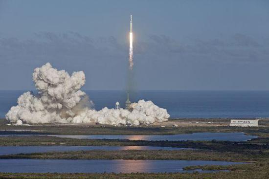 """資料圖:2018年2月6日,""""獵鷹重型""""運載火箭從美國佛羅里達州肯尼迪航天中心發射升空。(新華社)"""