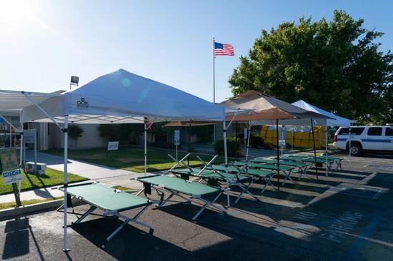 7月4日,在美国加州里奇克雷斯特市,当地政府搭建了临时帐篷和躺椅。新华社记者钱卫忠 摄