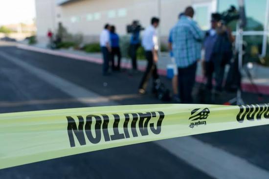 7月4日,在美国加州里奇克雷斯特市,警察设置了警戒线。新华社记者钱卫忠 摄