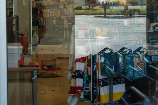 7月4日,在美国加州里奇克雷斯特市,一家商店大门紧闭,里面有掉落物品。新华社记者钱卫忠 摄