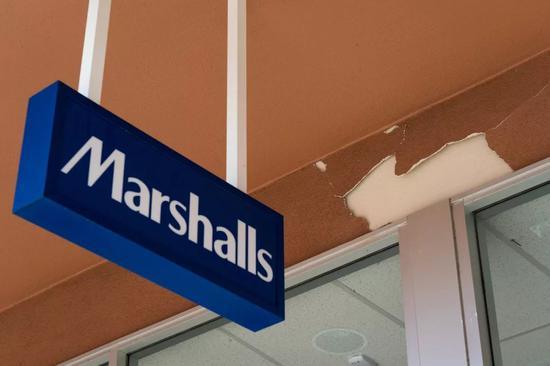 7月4日,在美国加州里奇克雷斯特市,一家商店外墙皮掉落。新华社记者钱卫忠 摄