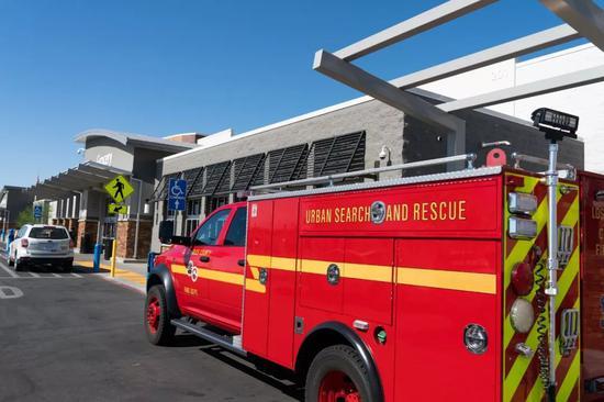 7月4日,在美国加州里奇克雷斯特市,一辆消防车待命。新华社记者钱卫忠 摄