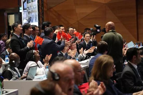 ↑7月6日,在阿塞拜疆巴库,中国代表团在世界遗产大会上庆祝中国良渚古城遗址申遗成功。新华社发