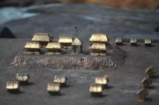 ↑位于浙江省杭州市的良渚国家考古遗址公园内展示的良渚古城宫殿的模型(6月23日摄)新华社记者 黄宗治 摄