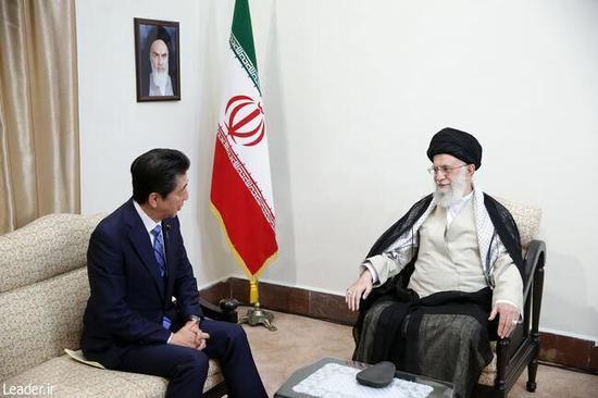 伊朗方面多次表态拒绝与美谈判,图为哈梅内伊会见安倍。(图:伊朗最高领袖网站)