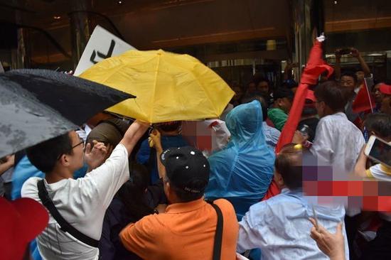 """蔡英文""""过境""""美国,在下榻饭店外遭遇大规模抗议(图源:联合新闻网)"""