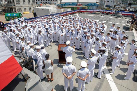"""10日,""""麦凯恩""""号上的水手们在聆听美国太平洋舰队司令约翰•阿奎利诺讲话 图自美国海军"""