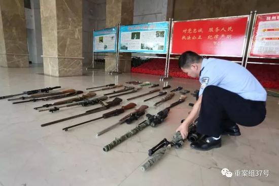 ▲警方缴获的各类枪支。图/抚州市政府新闻办