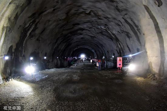 2018年11月6日,青岛地铁1号线海底隧道贯通。这条跨海地铁线路全长60.11千米,南北走向,连接5个青岛市辖区。图/视觉中国