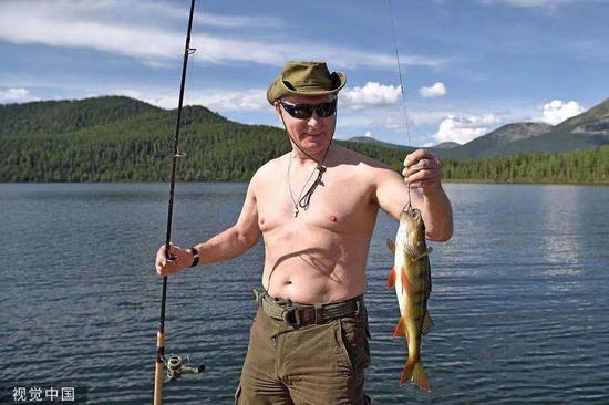 当地时间2017年8月,普京在俄罗斯图瓦共和国度伪,潜水游泳并亲自体验鱼叉网鱼。图/视觉中国
