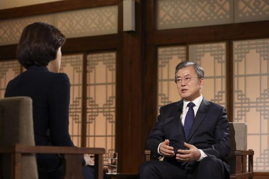 文在寅接受采访,谈及是否特赦朴槿惠(韩联社)