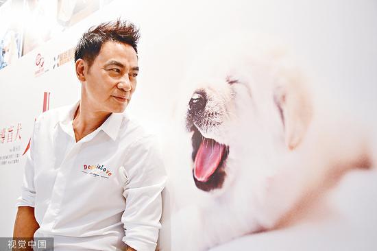 上个月被袭事件发生前,任达华在为自己的新片做宣传。图/视觉中国