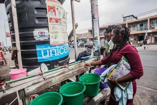 2019年7月31日,在刚果(金)戈马,居民在一处清洗站洗手。新华社/法新