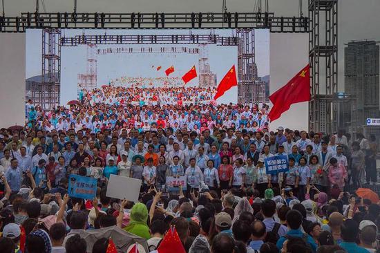 """周六,香港市民在添马公园举行""""反暴力,救香港""""集会,参加人数超10万"""