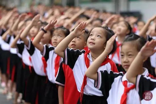 2019年9月1日,江西省新余市长青小学举行升国旗仪式。图片来源:中国网