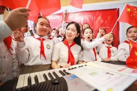9月1日,浙江湖州市德清县春晖小学师生以歌唱《我和我的祖国》方式喜迎开学第一天。图片来源:新华社