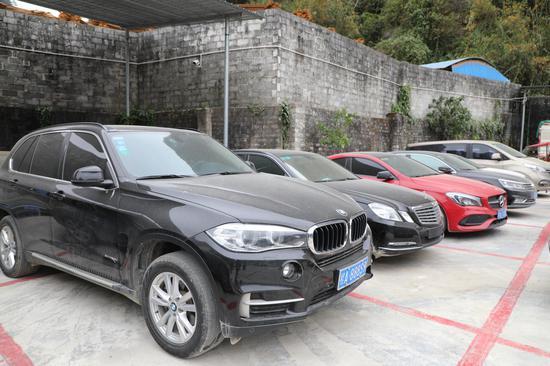 凌云县抨击民族资产解冻类诈骗做事中扣押的片面豪车。警方供图