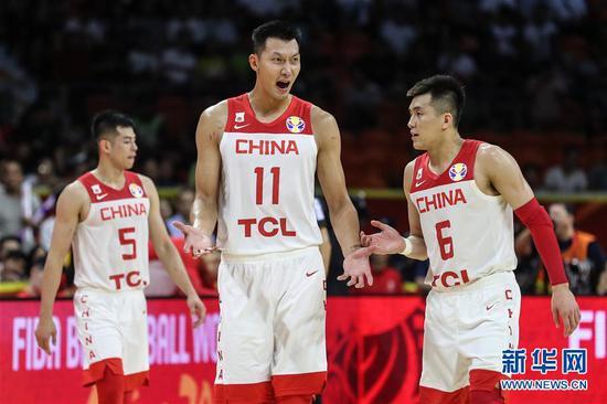 9月6日,中国队球员易建联(中)在比赛中与郭艾伦(右)沟通。 新华社记者 潘昱龙 摄