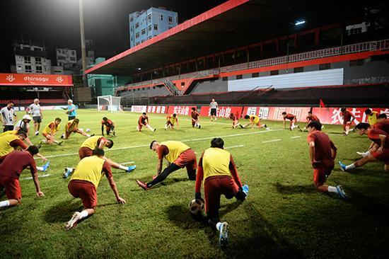 国足在马尔代夫马累国家体育场进行第二次赛前训练。本文图片 新华社