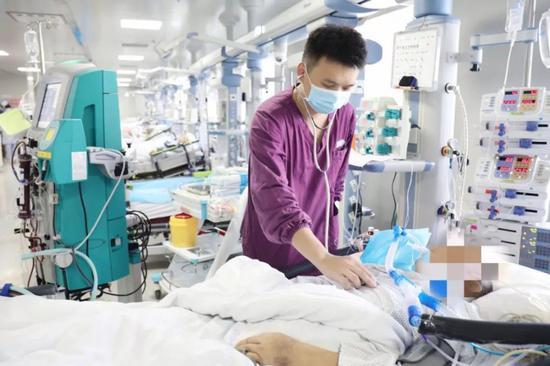 在重症监护室接受治疗的刘老伯至今还没有脱离生命危险。通讯员 王娟摄