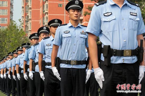 启动仪式现场,佩带新式单警装备的民警整齐排队。陈路坤 摄