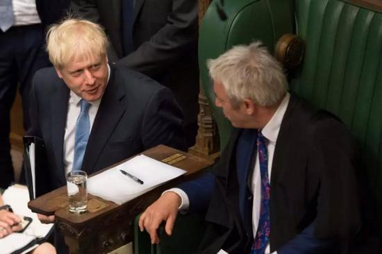约翰·伯考与英国首相鲍里斯·约翰逊(左),图源:网络,如有侵权请联系删除