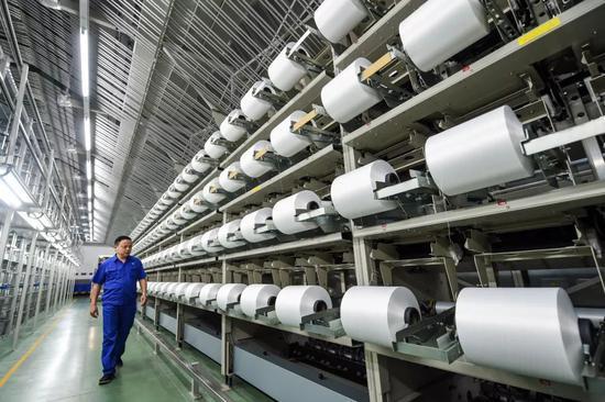 2018年11月11日,苏州盛泽恒力集团化纤智能化加弹车间。新华社记者 李博 摄
