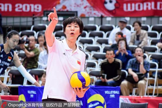 郎平在比赛中指挥。