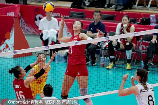 袁心玥在比赛中扣球。