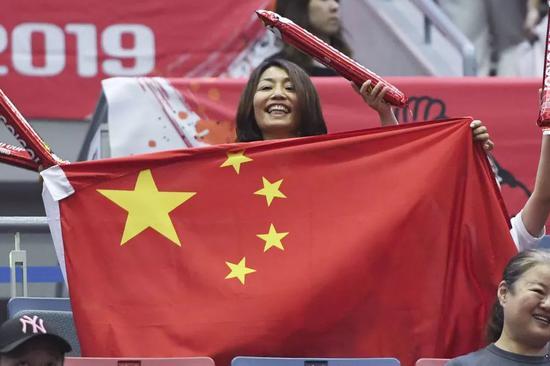 ↑9月29日,球迷在比赛中为中国队加油。新华社记者贺灿铃摄