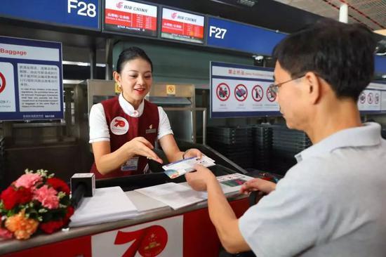 △国航地服工作人员帮助旅客扫码看直播