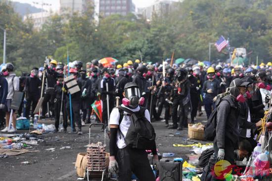 图为香港高校暴徒聚集(来源:文汇网)