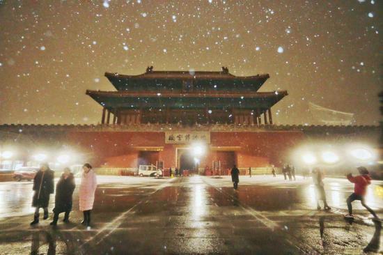 市民游客在故宫夜间赏雪拍照。宋佳音 摄