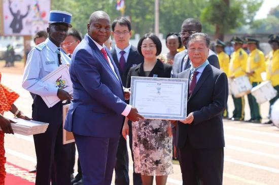 """这个非洲国家将国家级荣誉授予中国""""神草""""专家"""