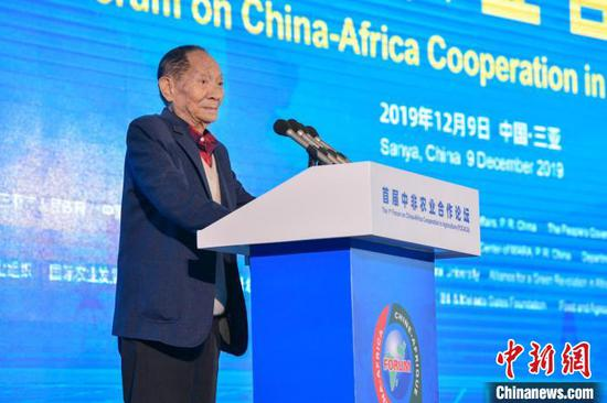 图为中国工程院院士、杂交水稻专家袁隆平出席论坛并发言。 骆云飞 摄