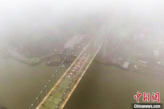 中国首座公铁两用悬索桥五峰山长江大桥合龙(图)
