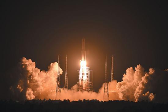 ▲昨日20时45分手机网上报码网址,长征五号遥三运载火箭在中国文昌航天发射场点火起飞。宋涛 摄
