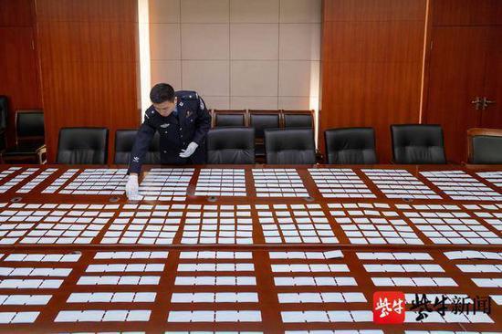 图为警方查获的假车票。