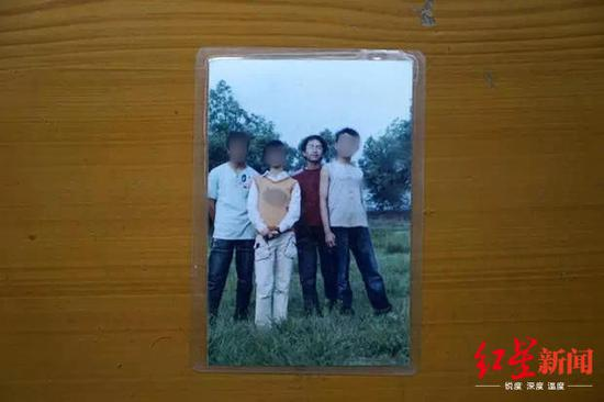 刘浒(红衣服)和他的同学/家族提供